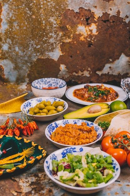 さびた背景上のさまざまなおいしいメキシコ料理のビュー 無料写真