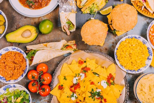 風化した古い背景に異なるメキシコ料理のトップビュー 無料写真