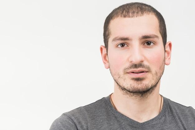 白い背景の上の若い男の肖像 無料写真