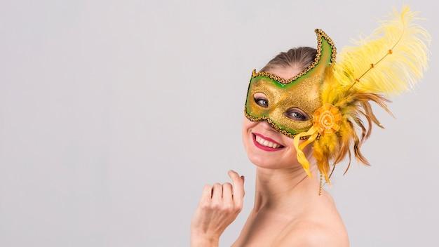 カーニバルマスクを持つ女性の肖像画 無料写真