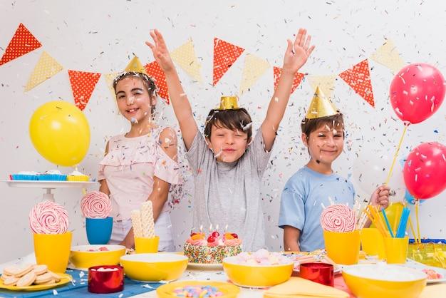 自宅で誕生日のお祝いを楽しんでいる小さな友達 無料写真
