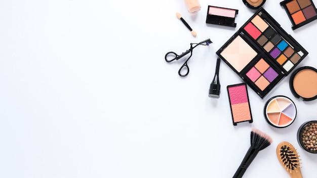 Различные виды косметики разбросаны по столу Бесплатные Фотографии