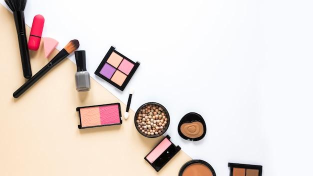 テーブルの上に散らばって様々な化粧品の種類 無料写真