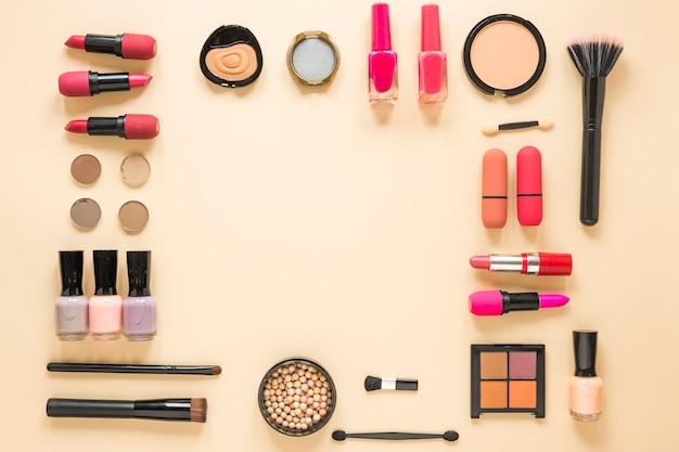 ベージュのテーブルにさまざまな化粧品の種類 無料写真