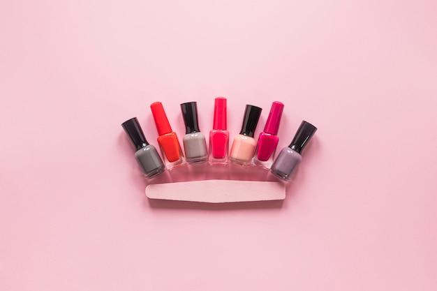 Различные бутылки лака для ногтей на столе Бесплатные Фотографии