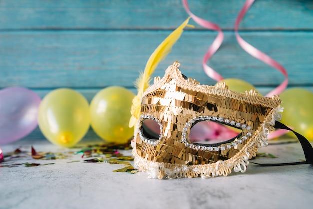 風船で休日マスクの創造的な構成 無料写真