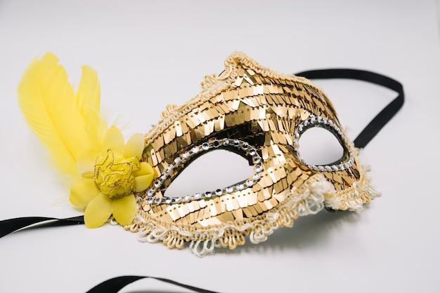 金色のスパンコールのついた光沢のあるトレンディなマスク 無料写真