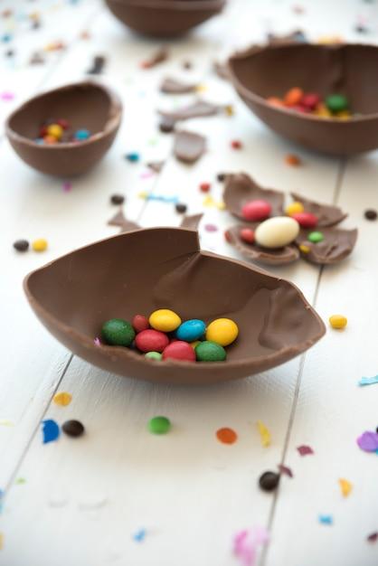 Маленькие конфеты в открытом шоколадном яйце Бесплатные Фотографии