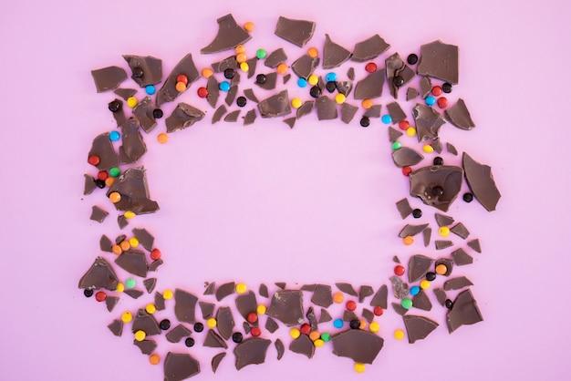 チョコレートとキャンディーのフレームの形のかみ傷 無料写真