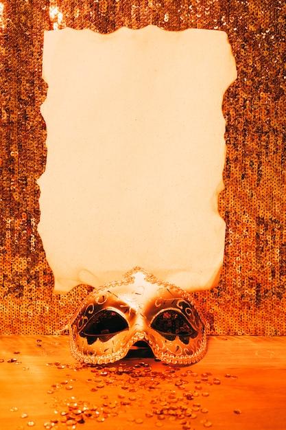 光沢のあるスパンコール生地に焼けた紙でエレガントなカーニバルマスク 無料写真