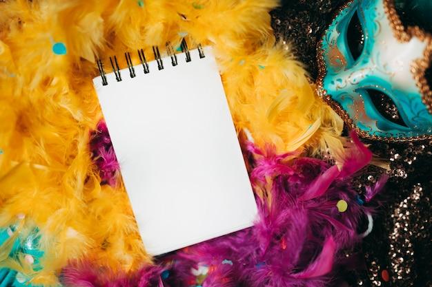 黄色とピンクの羽毛製の襟巻の平面図 無料写真