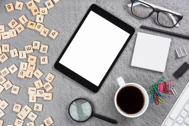 Офисные принадлежности; письмо деревянный ящик и цифровой планшет на сером фоне Бесплатные Фотографии