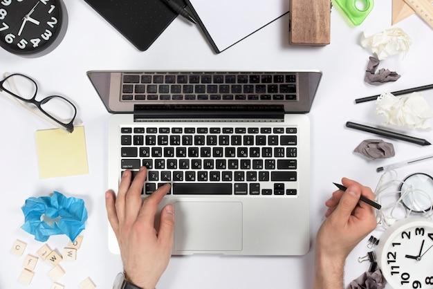 Вид сверху бизнесмена с помощью цифрового планшета на офисном столе Бесплатные Фотографии