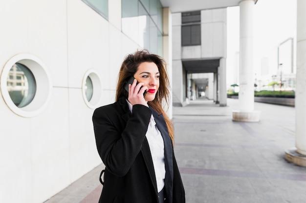 電話で話している若いビジネス女性 無料写真