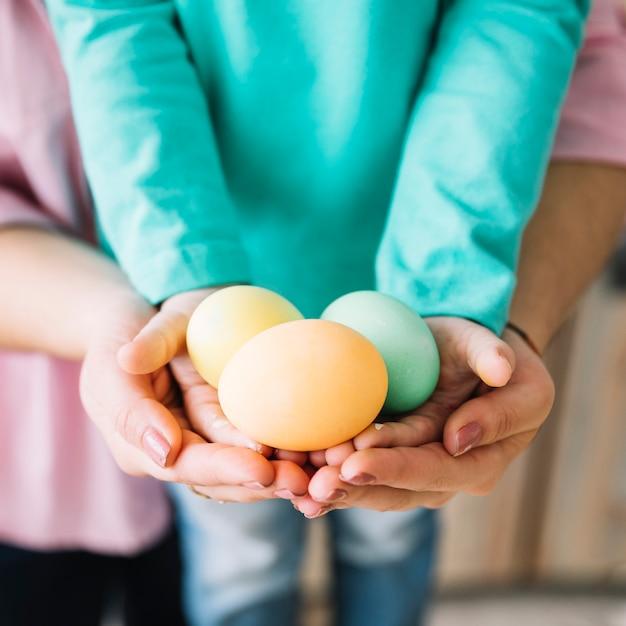 女性と子供の手でイースターエッグを保持 無料写真