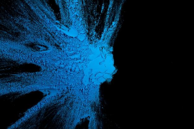 テキストのコピースペースを持つ暗い背景に青い色のしぶき 無料写真