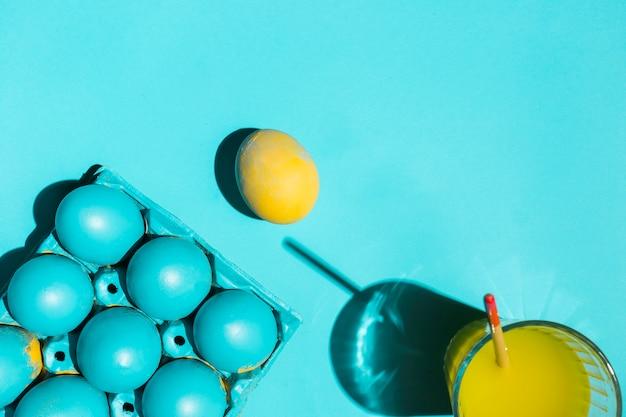 水のガラスでペイントブラシをラックにカラフルなイースターエッグ 無料写真