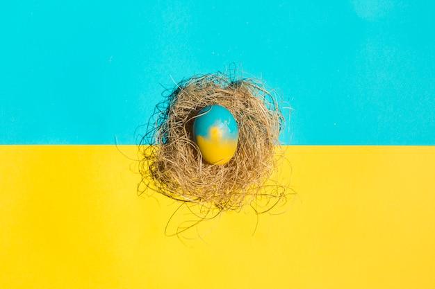 テーブルの上の巣に小さなイースターエッグ 無料写真
