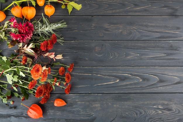 木製のテーブルの上に散らばって明るい花 無料写真