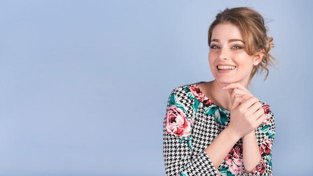 エレガントなドレスで陽気な魅力的な女性 無料写真