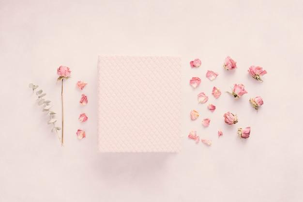 Блокнот с розой на столе Бесплатные Фотографии