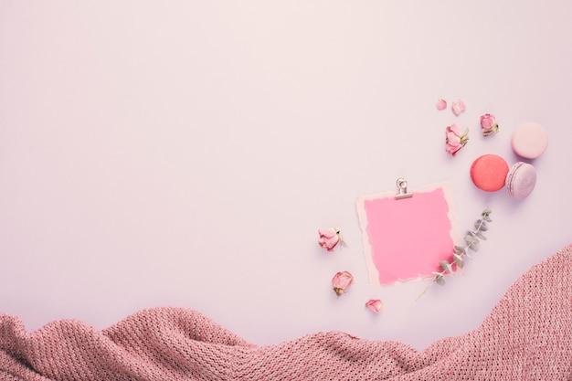 白紙の紙とマカロンとバラの花びら 無料写真