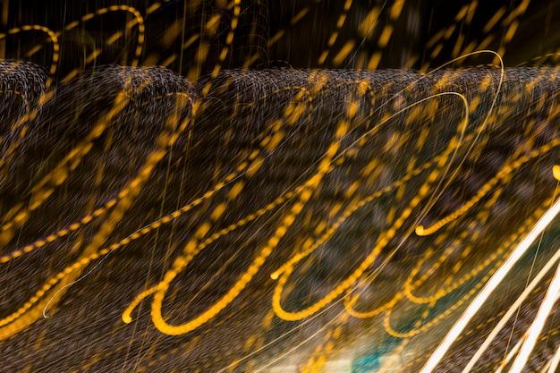 抽象的な黄金の光波の背景 無料写真