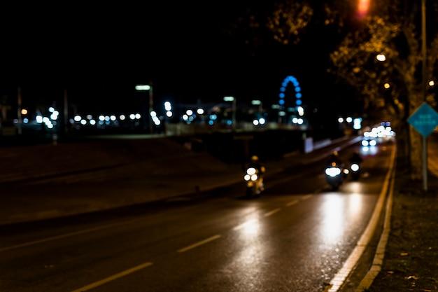 夜の街でぼやけて暖かい光 無料写真