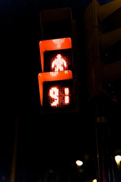夜の赤信号のクローズアップ 無料写真