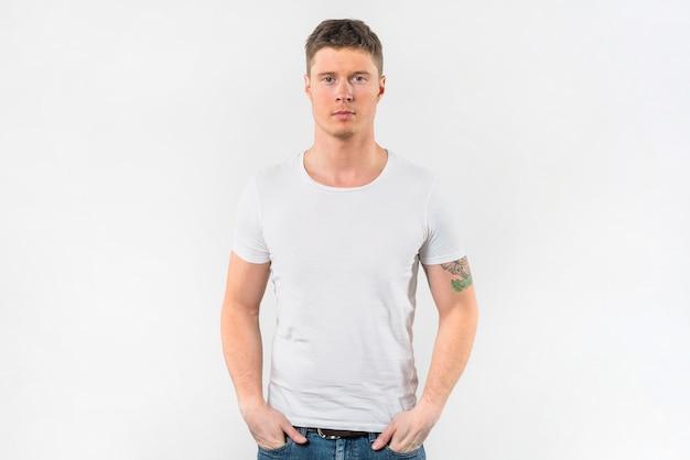 Стильный молодой человек с руками в кармане на белом фоне Бесплатные Фотографии
