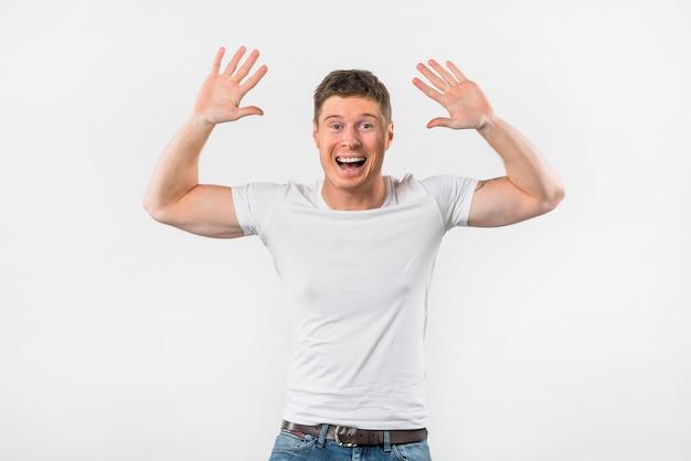 白い背景に対してハイタッチを与えるために彼女の腕を上げる興奮している若い男 無料写真