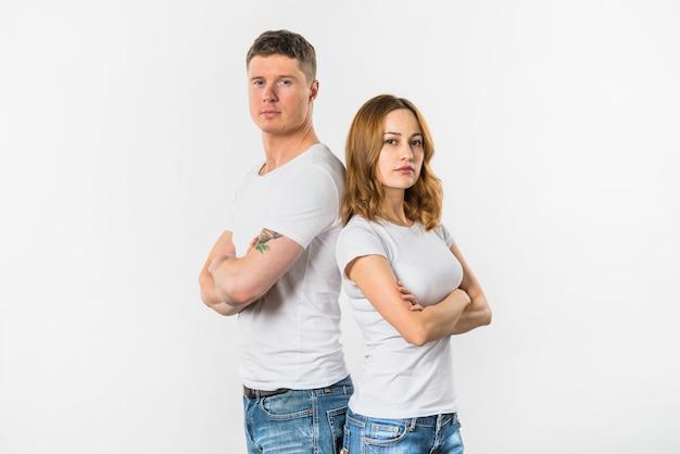 悲しい若いカップル立っている白い背景で隔離 無料写真