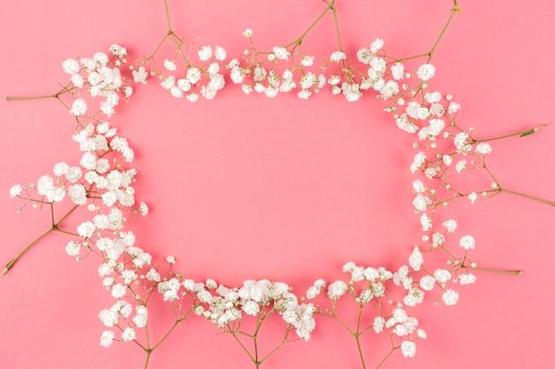 桃の背景に白のジプソフィラから作られたフレーム 無料写真