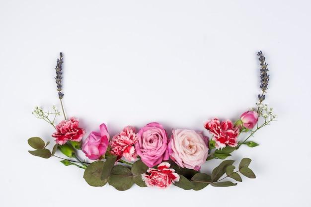 白い表面に新鮮な様々な花の高角度のビュー 無料写真