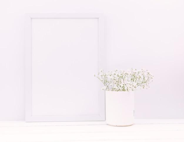 空のフォトフレームとセラミック花瓶の赤ちゃんの息の花 無料写真