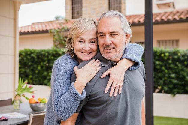 庭で恋に年配のカップル 無料写真