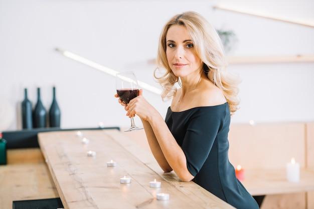 ガラスのワインを保持している女性のミディアムショット 無料写真