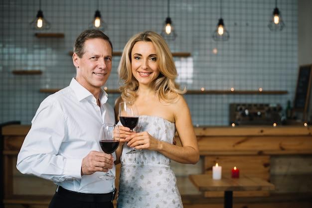ワインを飲むカップルの正面図 無料写真