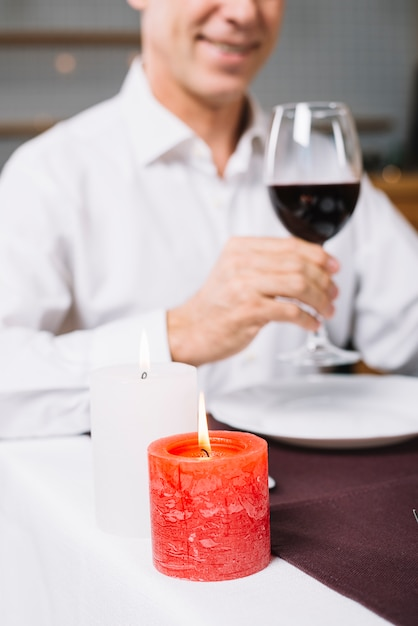 夕食時に男のクローズアップ 無料写真