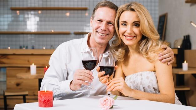笑顔のカップルのミディアムショット 無料写真