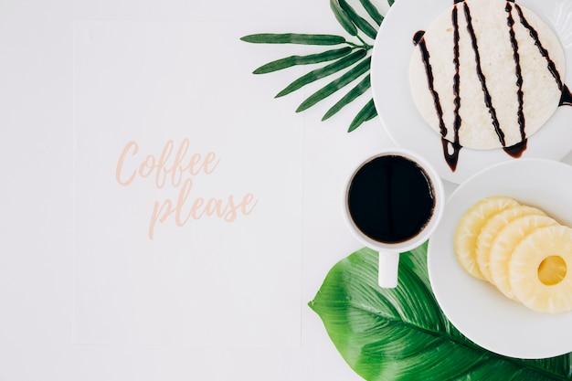 コーヒーは健康的な朝食と白い背景の上の緑の葉とテキストしてください。 無料写真