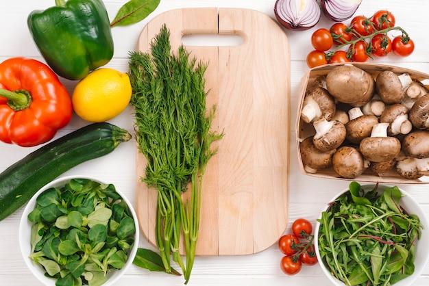 新鮮な野菜と木製のまな板 無料写真