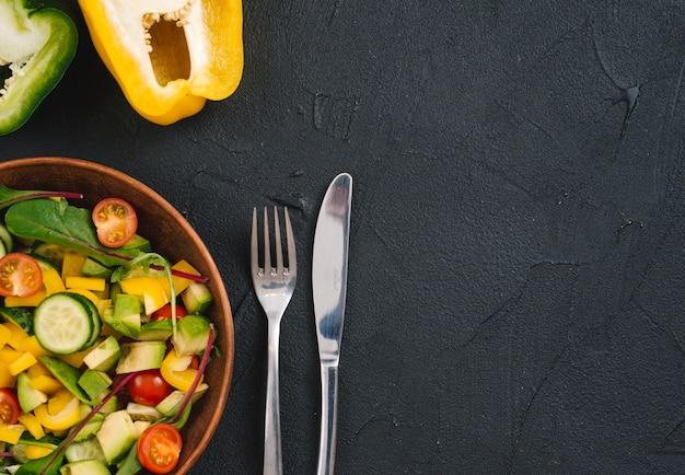 半分のピーマンと混合野菜のサラダ 無料写真