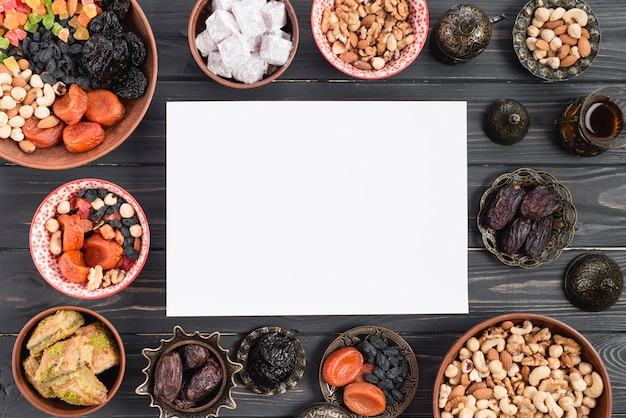 プレミアム日付のラマダンカリーム用の白書。ドライフルーツとアラビアのお菓子 無料写真