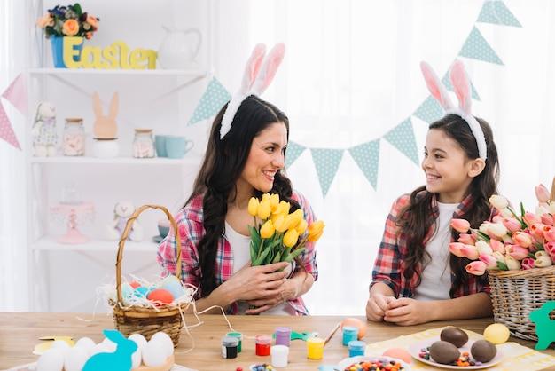 母と娘の自宅でイースターの日を祝う笑顔 無料写真