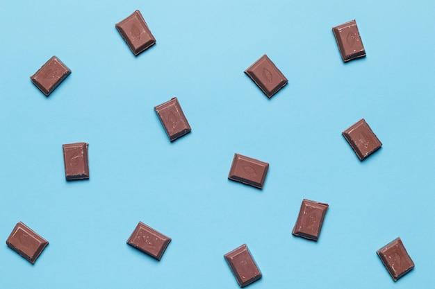 青色の背景にチョコレートの部分の俯瞰 無料写真