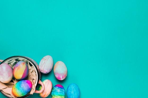 Вид сверху расписных акварельных пасхальных яиц на бирюзовом фоне Бесплатные Фотографии
