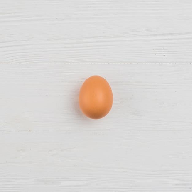 テーブルの上の茶色の鶏の卵 無料写真