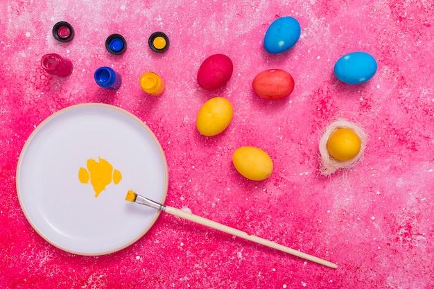 Крашеные яйца с красками Бесплатные Фотографии