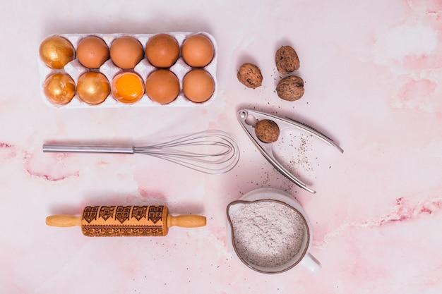 台所用品付きラックの金のイースターエッグ 無料写真